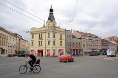 Straßenkreuzung in Hradec Králové / Königgrätz; Fahrradfahrer - Wohnhaus mit Giebelturm.