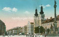 Altes Bild vom Großmarktplatz in Hradec Králové / Königgrätz; re. die ehemalige Jesuitenkirche - barocke Kirche Mariä Himmelfahrt; erbaut 1666 - Architekt Carlo Lurago; re. die Mariensäule / Pestsäule.