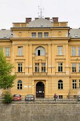 Eingang / Architektur vom Biskupské gymnázium Bohuslava Balbína an der Adler / Orlice, Nebenfluss der Elbe in Hradec Králové / Königgrätz.