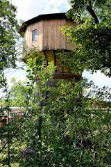 Alter Wasserturm des ehem. Bahnbetriebswerkes in Aschersleben. Sockel mit Backsteinen / Ziegelsteinen, Kuppel mit Holz verkleidet.