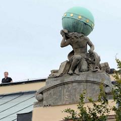 Skulptur Atlas mit Kupfer Erdkugel / Himmelsgewölbe auf dem Dach des Gebäudes der Pädagogische Hochschule / Universität in Hradec Králové / Königgrätz.  Atlas ist in der griechischen Mythologie ein Titan, der das Himmelsgewölbe am westlichsten Pu