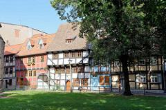 Historische Fachwerkhäuser am Neustädter Kirchhof in Quedlinburg - in der Bildmitte ein Fachwerkhaus von 1423 / eines der wenigen erhaltenen Fachwerkbauten Quedlinburgs aus der Zeit der Spätgotik.