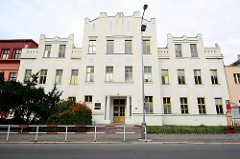 Art Deco Architektur in Mělník; Gebäude mit Zinnengiebel.