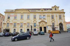 Renoviertes Gebäude mit barocker Fassadenkoration - Architektur in Hradec Králové / Königgrätz; Dekorelemente farblich abgesetzt.