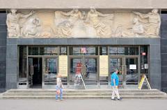 Relief - Allegorien über dem Eingang eines Verwaltungsgebäudes in Hradec Králové / Königgrätz.