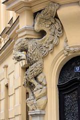 Großer Adler als Relief - Fassadendekor am Eingang eines Wohnhauses in Hradec Králové / Königgrätz.