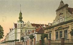 Historische Strassenansicht in Nymburk / Neuenburg an der Elbe; lks. das Bohumil Hrabal Gymnasium - Baustil Neorenaissance, erbaut 1907.