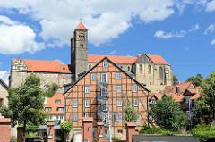 Zum Hotel umgebautes Fachwerkhaus - Eisen Wendeltreppe als Notausgang / Feuertreppe; dahinter der Schlossberg von Quedlinburg mit St. Servatius Kirche.