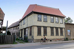 Historische Gewerbearchitektur, frisch gedecktes Gebäude, vernagelte Fenster, mit Holzbrettern verkleidete Fassade - dahinter Lagergebäude mit Fachwerkkonstruktion - Harzweg in Quedlinburg.