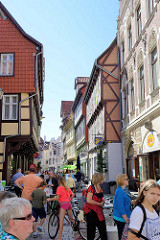 Fussgängerzone an der Steinbrücke in Quedlinburg, schmale Straße - hohe Fachwerkgebäude.