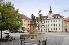 Blick zum ehem. Neuen Rathaus in Hradec Králové / Königgrätz - Renaissance Gebäude, restauriert 1868 - im Vordergrund ein Brunnen mit der Skulptur des Hl. Johannes von Nepomuk.