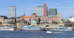 Panorama von den Landungsbrücken in Hamburg St. Pauli - Fahrgastschiffe der Hafenrundfahrt liegen abfahrtbereit am Ponton, dahinter die Alte Navigationsschule und Hochhäuser auf dem ehem. Gelände der Bavaria-Brauerei - Skyline Hamburgs, Hafenkrone.