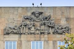 Fassadenrelief - ArbeiterInnen, Weberei - Expressionistische Architektur der 1920er Jahr - Neues Bauen; Architektur in Hradec Králové / Königgrätz.