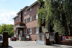 Architektur Neues Bauen - Backsteingebäude, Verwaltungsgebäude am Bahngelände von Aschersleben - jetzt Gesundheitszentrum und Einzelhandel.