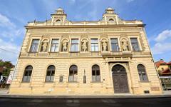 Historische Architektur in Nymburk / Neuenburg an der Elbe - Gebäude mit Fassadenmalerei, griechische Figuren / Allegorien.