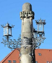 Kunzebrunnen in Aschersleben - aufgestellt 1904; gestiftet von den Brüdern / Stadträten Gustav und Emil Kuntze, Architekten Färber / Berlin - Ausführung Steinmetzmeister Helm. Säule mit Kandelaber aus Schmiedeeisen.