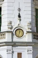 Uhr über dem Eingang vom Bohumil Hrabal Gymnasium in Nymburk / Neuenburg an der Elbe; Baustil Neorenaissance, erbaut 1907. Uhr mit römischen Ziffern - Uhrmachermeister / Uhrenmanufaktur L. Hainz.