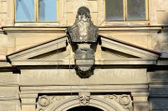 Skulptur / Büste - Mann mit langem Bart; Dekor über einem Hauseingang in Kutná Hora / Kuttenberg.