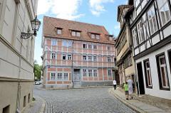 Denkmalgeschütztes Gebäude am Stieg in Quedlinburg. Ursprungsbau aus dem 17. Jahrhundert; dreigeschossiges Fachwerkhaus mit vorkragenden Obergeschossen.