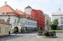Moderne und historische Architektur in Nymburk / Neuenburg an der Elbe; Statue vom Hl. Nepomuk vor der St. Ägidien Kirche.