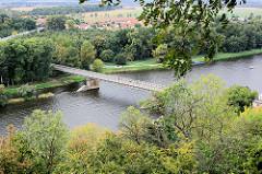 Blick von der Burg Mělník auf die Elbe - Strassenbrücke über den Fluss.