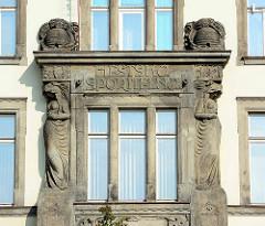 Jugendstil - Fassadendekor in Dvůr Králové nad Labem / Königinhof an der Elbe; Stadtsparkasse - erbaut 1906, Carlsbader Baumeister Josef Waldert.