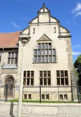 Fassade vom GutsMuths Gymnasium / Oberrealschule; eingeweiht 1903, benannt nach dem Quedlinburger Pädagogen und Sportlehrer Johann Christoph Friedrich GutsMuths.