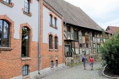 Architektur in Quedlinburg - Industriearchitektur / Gewerbearchitektur - Ziegelgebäude und altes Fachwerk-Lagergebäude mit Laderampe.