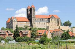 Blick über Gemüsefelder zum Quedlinburger Schlossberg - romanische Stiftskirche St. Servatius, geweiht 1129; Renaissanceschloss aus dem 16./17. Jahrhundert jetzt Sitz vom  Städtischen Museum.