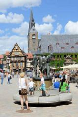 Bronzeskulpturen - die Münzenberger Wandermusikanten auf dem Marktplatz von Quedlinburg - Bildhauer Wolfgang Dreysse 1979; im Hintergrund das Rathaus und der Kirchturm der Marktkirche / St. Benedikt-Kirche.