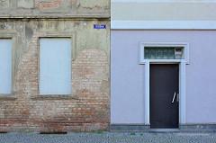 Bilder aus Aschersleben / Harz; alt + neu, Hauswand mit abbröckelndem Putz, rohe Ziegel, vernagelte Fenster - verputzte, gestrichene Hausfassade, Eingangstür mit Oberlicht.