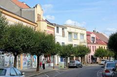 Geschäftsstraße in Nymburk / Neuenburg an der Elbe; Wohnhäuser / Geschäftshäuser mit bunter Fassade, unterschiedliche Fassadengestaltung / Baustile.