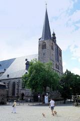 Kirchplatz der St. Nikolaikirche in Quedlinburg, erstmalige Erwähnung 1222, Westbau frühgotisch - Rest spätgotisch.