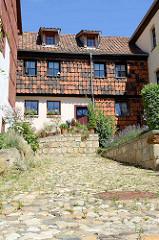 Wohnhaus und Kopfsteinpflaster auf dem Münzenberg in Quedlinburg - ehem.  Sitz vom Beneditkinerinnenkloster und St. Marienkirche. Um 1539 wurde das Kloster aufgegeben  und ab 1580 von Handwerkern, fahrenden Leuten und Musikern besiedelt. Die neuen