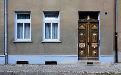 Grob verputzte Hausfassade - Rauhputz - historische Eingangstür, Holztür mit Jugendstilschnitzerei - alt + neu, Bilder aus Aschersleben.