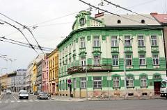 Art Deco Eckhaus / Wohngebäude - Fassadekor mit dunkel Grün abgesetzt - Straße in Hradec Králové / Königgrätz.