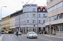 Geschäftsstraße / Hauptstraße in Hradec Králové / Königgrätz; mehrstöckige Gründerzeithäuser / moderne Architektur; Hotel Grand - Wohnhäuser, Geschäftshäuser; Straßenverkehr.