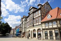 Kornmarkt in Quedlinburg - mehrgeschossige Fachwerkhäuser mit Einzelhandel / Restaurant im Erdgeschoss.