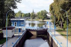 Schleuse in Nymburk / Neuenburg an der Elbe in Tschechien; km 896,38 - Schleusenkammer, im Hintergrund der Kirchturm der Altstadt.