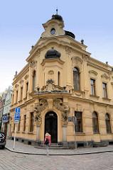 Gründerzeit Eckhaus mit Eingangsdekor - Architektur in Hradec Králové / Königgrätz.
