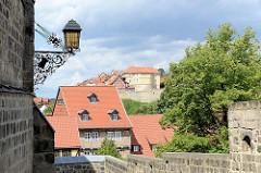 Blick vom Schlossberg in Quedlinburg zum Münzenberg - ehem. Sitz vom Beneditkinerinnenkloster und St. Marienkirche. Um 1539 wurde das Kloster aufgegeben  und ab 1580 von Handwerkern, fahrenden Leuten und Musikern besiedelt. Die neuen Bewohner des