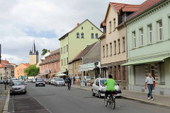 Geschäftsstraße in Aschersleben - im Hintergrund der Stadtturm Schmaler Heinrich in Aschersleben - erbaut 1442; Torturm der ehem. Verteidigungsanlage der Stadt.