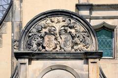 Detail, Monogramm Relief - Gutshaus an der Wiperitstrasse in Quedlinburg; erbaut um 1900, Architekt Max Schneck - Baustil des Späthistorismus.