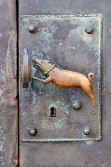 Springendes Bronzeschwein - Türgriff / Türklinke am Haupteingang der Stiftskirche St. Servatius auf dem Schlossberg in Quedlinburg.