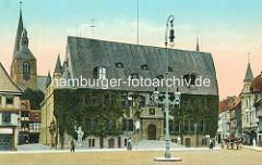 Historisches coloriertes Bild von Marktplatz in Quedlinburg - Blick auf das Rathaus mit Efeu bewachsen - hohe Kandelaber, Gaslaterne auf dem Platz; Pferdewagen und Passanten - lks. der Kirchturm der St. Benedikt / Marktkirche