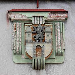 Altes Wappen der Stadt Dvůr Králové nad Labem / Königinhof an der Elbe an einer Hausfassade - Löwe mit Krone über geöffnetem Burgtor.