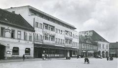 Altes Bild vom Marktplatz in  Nymburk / Neuenburg an der Elbe; moderne und historische Architektur; re. das Rathaus der Stadt.
