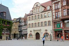 Architektur in Quedlinburg - Haus Grünhagen in der Altstadt, Markt; Patriziergebäude von 1701, toskanisches Säulenportal - Durchfahrt für Pferdewagen.