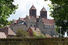 Quedlinburger Schlossberg - romanische Stiftskirche St. Servatius, geweiht 1129; Renaissanceschloss aus dem 16./17. Jahrhundert jetzt Sitz vom  Städtischen Museum.
