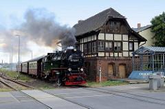 Zug der Selketalbahn in Fahrt am Bahnübergang; Stellwerk  Qmf / Mitte. - Lokomotive 99 7240-7.